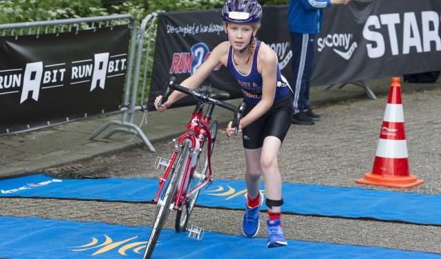 Jong, oud, toptriatleet én breedtesporter: iedereen kan meedoen aan de Merwede Triathlon
