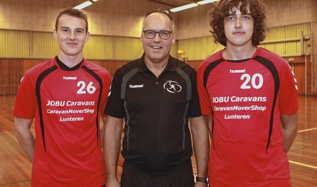 Laatste wedstrijd als trainer/coach van Paul van Noesel (midden) bij HV Reehorst.