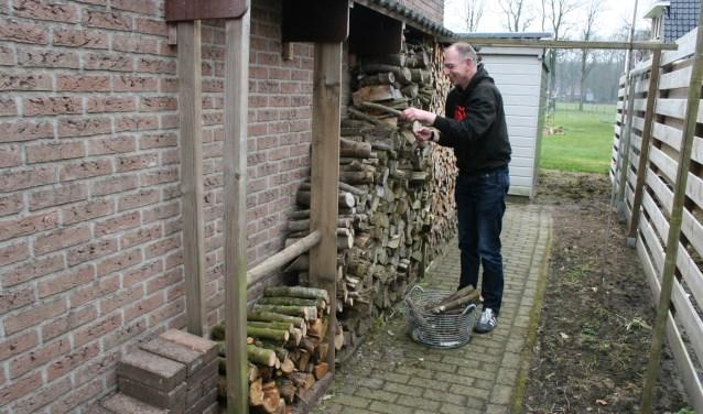 Het stoken op hout kan overlast opleveren voor mensen met luchtwegproblemen. De man op de foto komt niet in het artikel voor.
