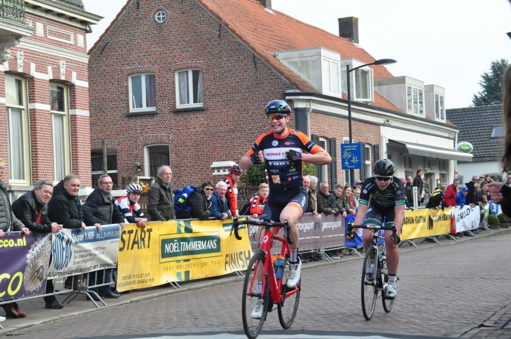 Over de finish Ronde van Huijbergen Van Ekeren © BDU media