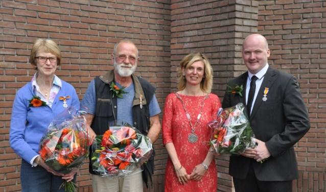 Van links af mevrouw W. Roebersen-Prijt, de heer W.Slokker, burgemeester J. Langenacker en de heer G.J. Baerents.