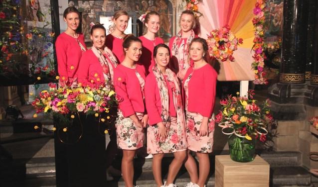 De Haarlemse Bloemenmeisjes: Alicia, Bente, Demi, Eva, Hannah, Lotte, Rosa en Sterre.