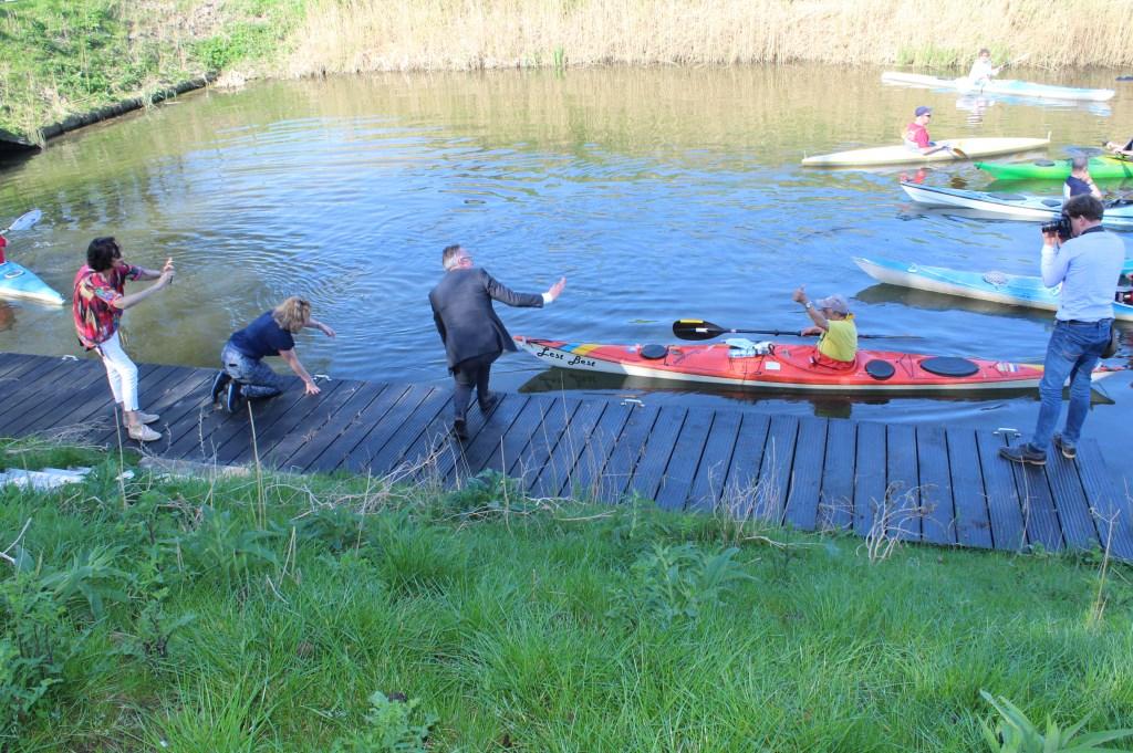 Mariëtte Pennarts en Herman Geerdes openen de kanoroute door een kano af te duwen. John van Amerongen © BDU media