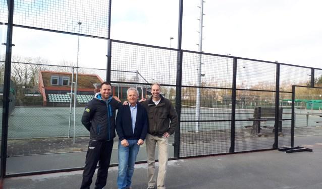 Inmiddels is ook de toplaag op de padelbanen aangebracht. Bart Matthee, Robert Bokx en Ronald Beduel zijn klaar om te spelen.