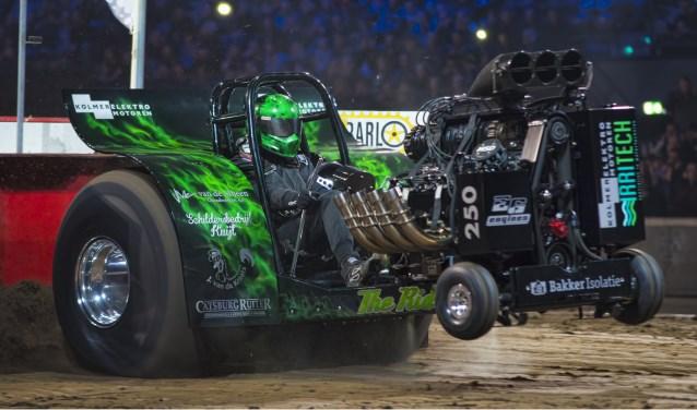 De tractor van Team Pulling The Riddle in actie tijdens een indoorwedstrijd in Ahoy in maart.