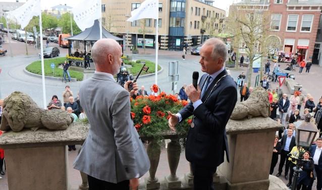 Mart Visser ontvangt de sleutel van het raadhuis uit handen van burgemeester Meijer