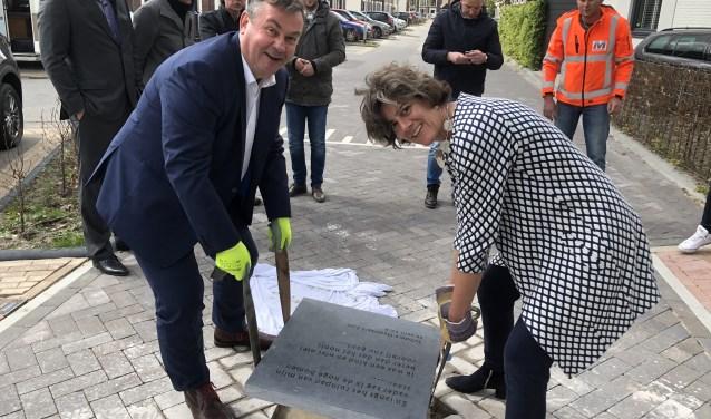 Marian van der Weele van de Gemeente en John van den Heuvel van BPD leggen de gedenksteen neer.