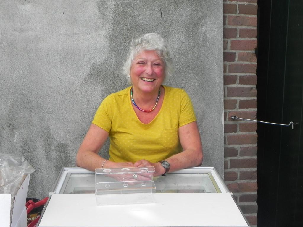 Willeke Osenbruggen verkocht ambachtelijk ijs gemaakt in Langbroek en prees vooral het ijs gemaakt van de appel Red Love aan.                                Richard Thoolen © BDU media