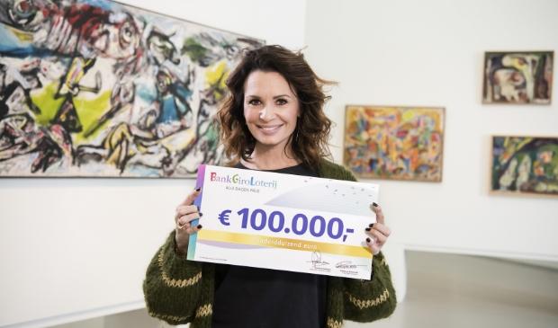 Loterij-ambassadeur Leontine Borsato met de cheque van 100.00 euro.