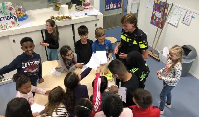 Bij de voorlichting op de basisschool willen de kinderen een handtekening van de populaire Jeanet.