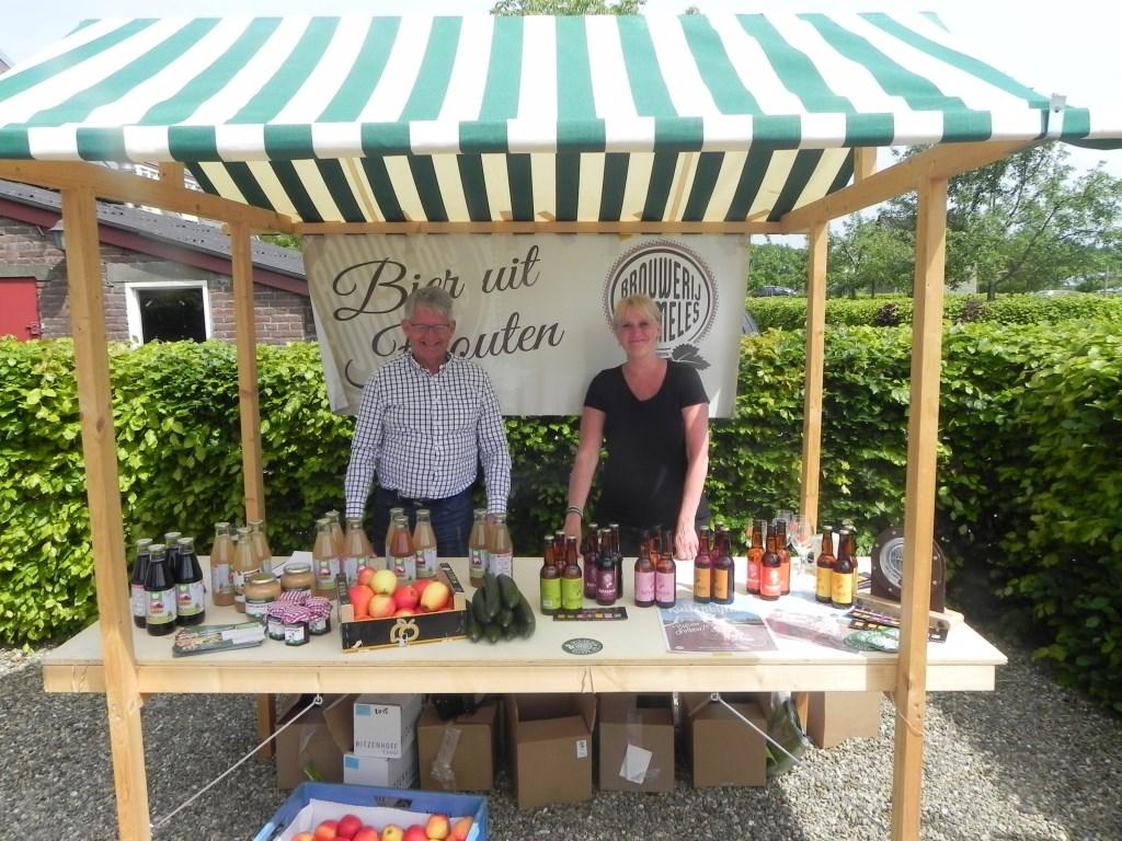 Frank Bouman en Engelien Veenendaal bemensten de kraam waar lokaal Hommeles bier verkocht werd.