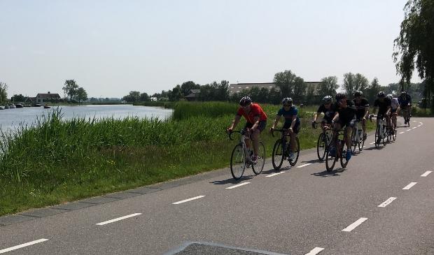 Wielrenners in de Ronde Hoep.