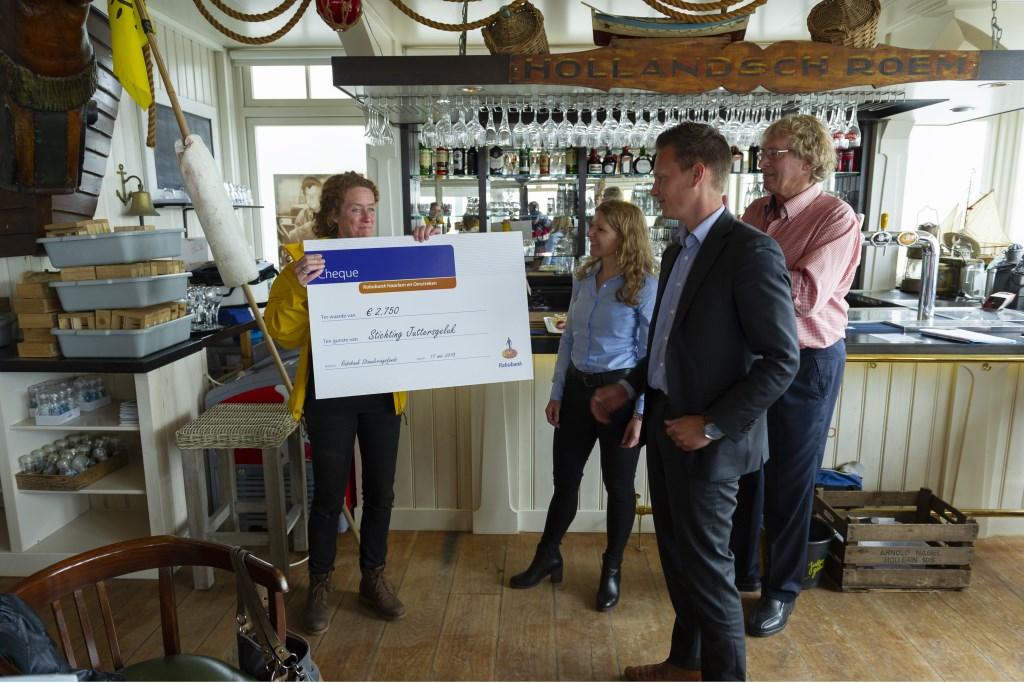 Suzanne Klaassen neemt cheque Rabobank in ontvangst  Ellen Toledo © BDU media