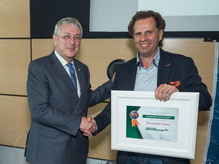 Tom Stuij overhandigt de award aan Pierre Badagliacca.