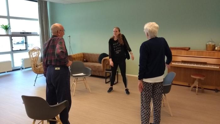 Dansdocente Maartje Puttmann samen met deelnemers Hilda Schmidt en Harko Schmidt