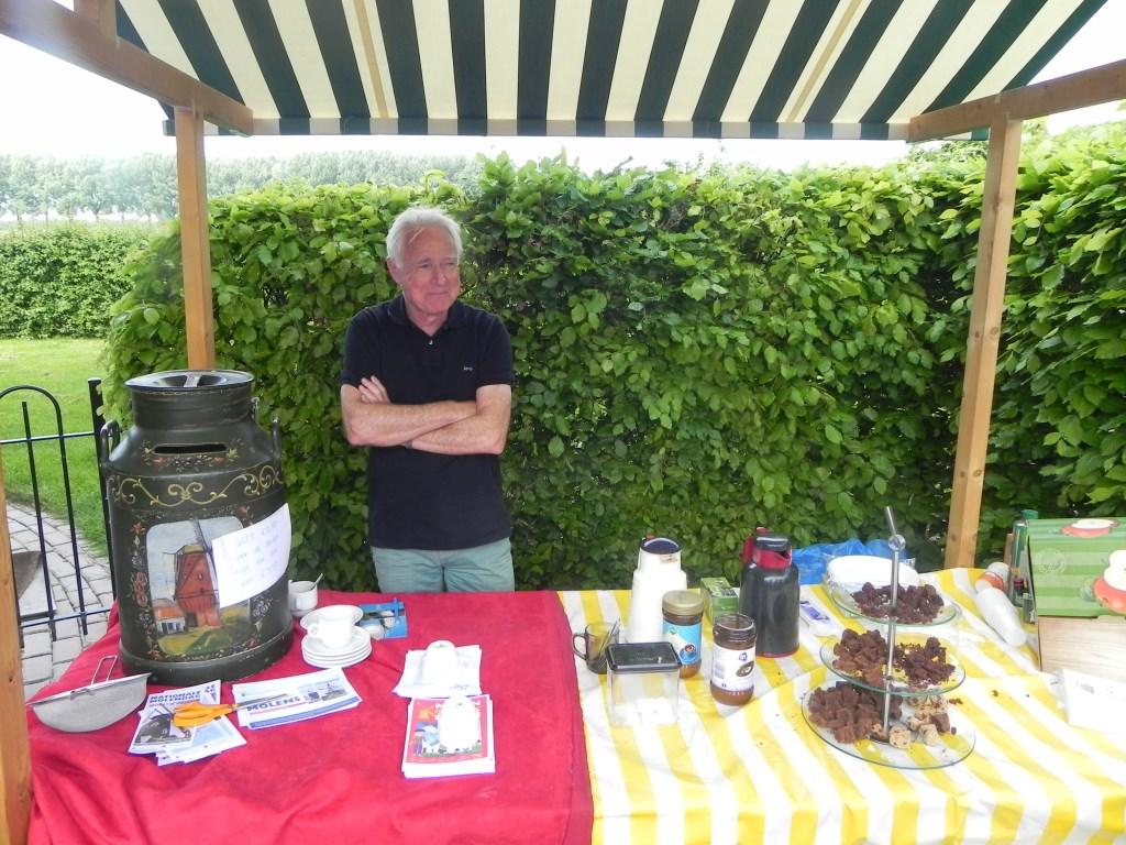 Voorzitter van de evenementencommissie Ton van Osenbruggen  verkocht koffie met een brownie en bewaakte de donatie-melkbus.                                Richard Thoolen © BDU media