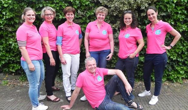Het bestuur heeft zich een opvallend roze outfit aangemeten.