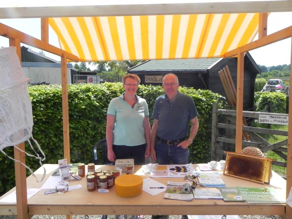 Imkers Iebe en Ingrid Mondermangaven informatie over het houden van bijen en verkochten bijprodukten.                                Richard Thoolen © BDU media