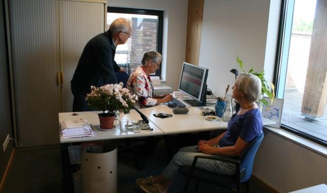 Carel Hardeman, Anneke Doeven en Marjan de Walle in het kantoor van VWSB