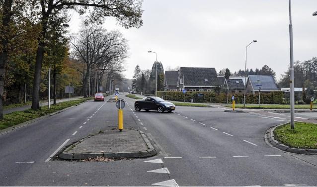 Bewoners verzetten zich tegen de aanleg van een rotonde op de kruising Stationsweg/Van Wijnbergenlaan.
