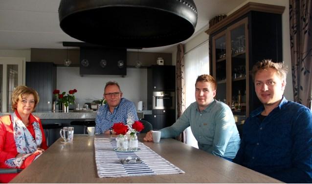 Van links naar rechts: Ria, Jaap, Niels en George de Greef aan de eettafel: ,,Doorgaan op dezelfde voet zien we geen van allen zitten.'' Marcel Koch  © BDU media