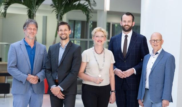 Ro van Doesburg, Eelke Kraaijeveld, burgemeester Reinie Melissant-Briene, Joost van der Geest en Dick van Zanten