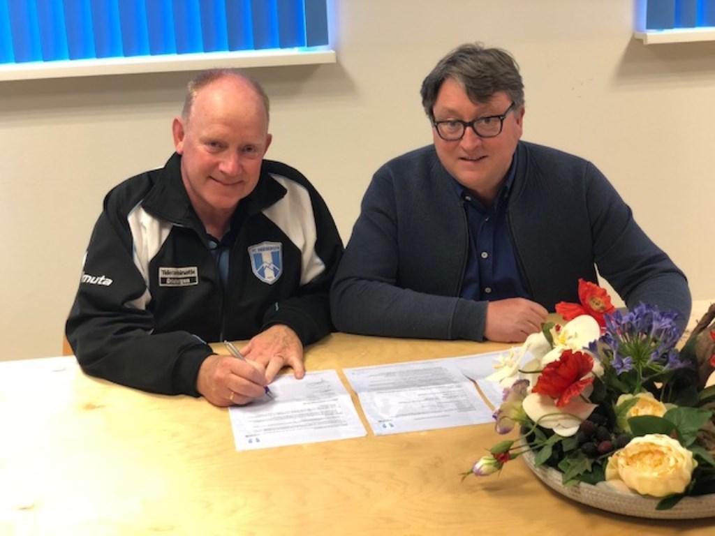 Ton van Garderen (links) tekent het nieuwe contract onder toeziend oog van voorzitter Erik Zegwaart