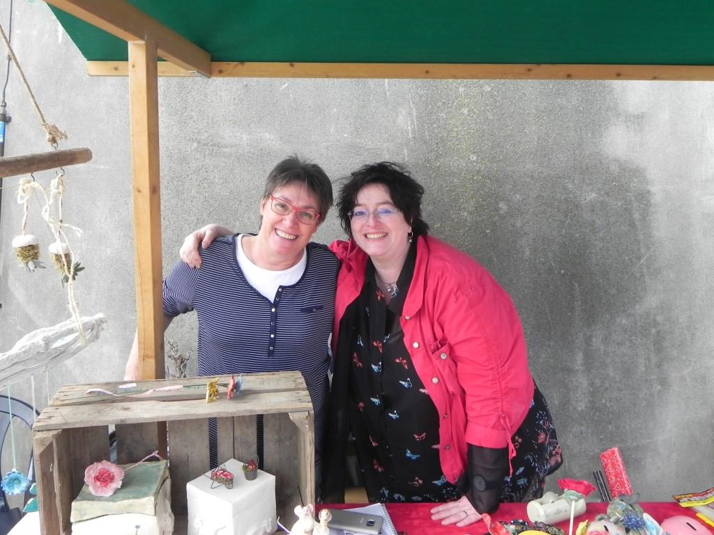 Zuterliefde: Buurvrouw Carla bood haar zelfgemaakte keramiek aan en had daarbij versterking gekregen van haar zus uit Limburg.                                 Richard Thoolen © BDU media