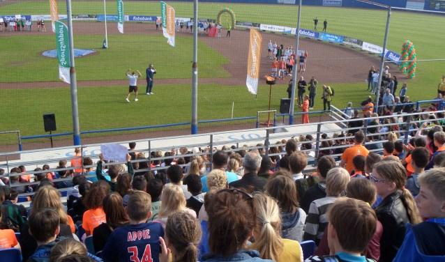 In een bomvol Pim Mulier Stadion volgen ruim 2000 leerlingen van groep 7 en 8 de feestelijke Olympische openingsceremonie.
