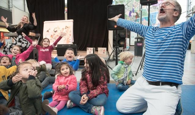 De kinderen hebben dikke pret tijdens de voorstelling.