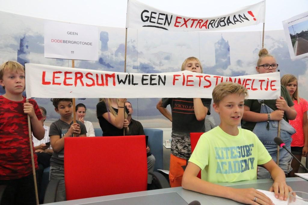 Jelmer van Helmondt (12 jaar) licht toe wat voor fietstunneltje Leersum wil. Edith Hazelzet © BDU