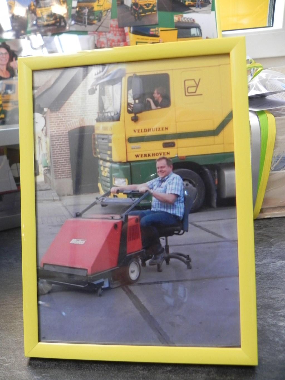 Fred op een draaistoel achter de veegmachine.                                Richard Thoolen © BDU media
