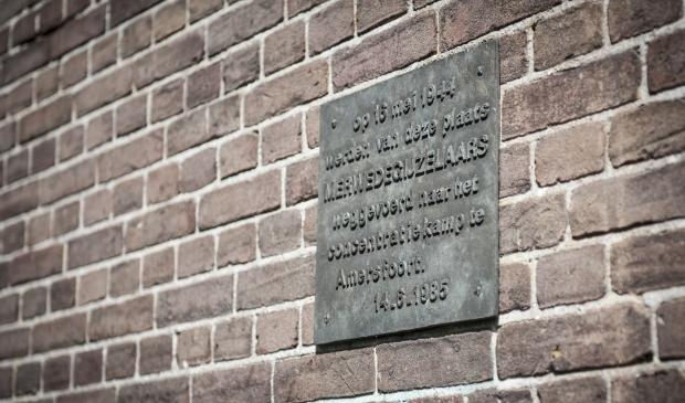 <p>De plaquette ter herdenking van de merwedegijzelaars.</p>