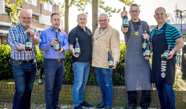 De verkopers presenteren vol trots Bunnik's Blond Bier 2018.