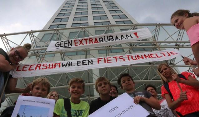 Na afloop van hun protest mochten de leerlingen met de supersnelle glazen lift naar de zeventiende verdieping van het Provinciehuis.