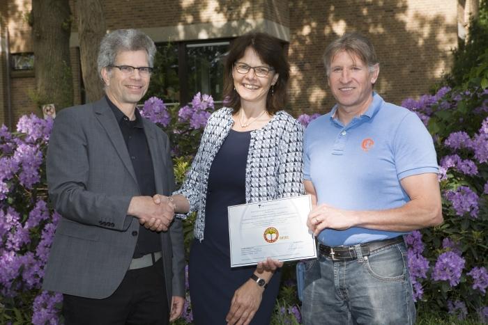 Overhandiging bronzen certificaat Milieu Platform Zorgsector