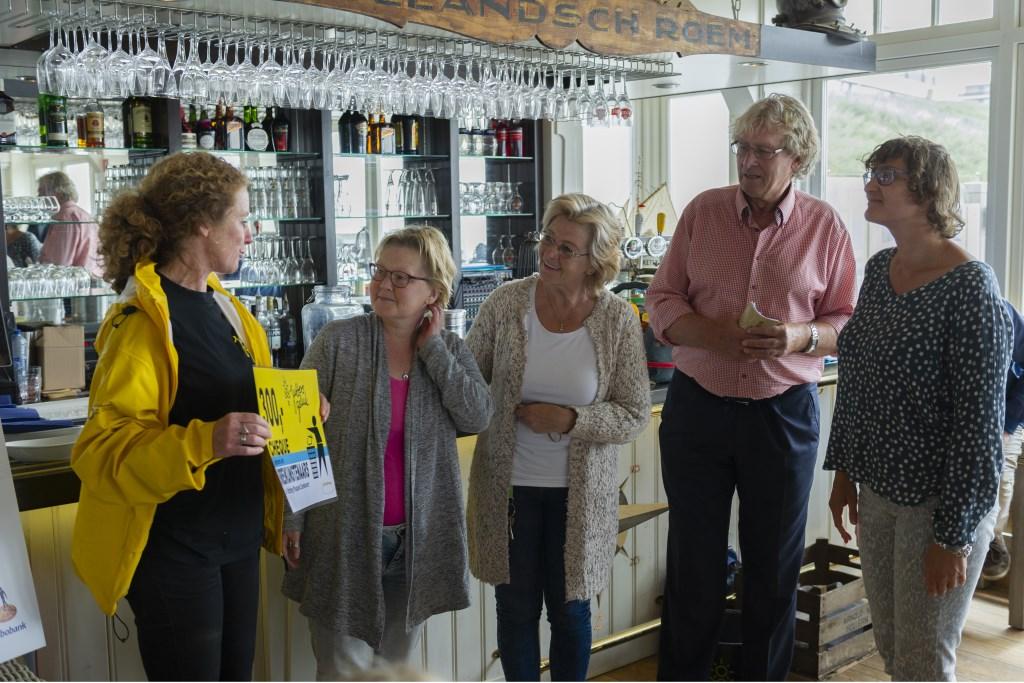 Suzanne Klaassen ontvangt cheque van de Breikunstenaars in bijzijn van de wethouder