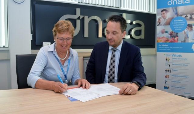 Voorzitter Bonnema zet als eerste haar handtekening.