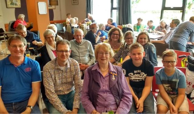 Janneke Bosschert tussen haar familie en met daarachter leden van de Schans.