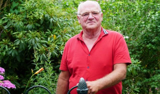 Harry van Rooij woont met veel plezier in Sluisvaart. Hij heeft een heerlijke tuin aan het water.