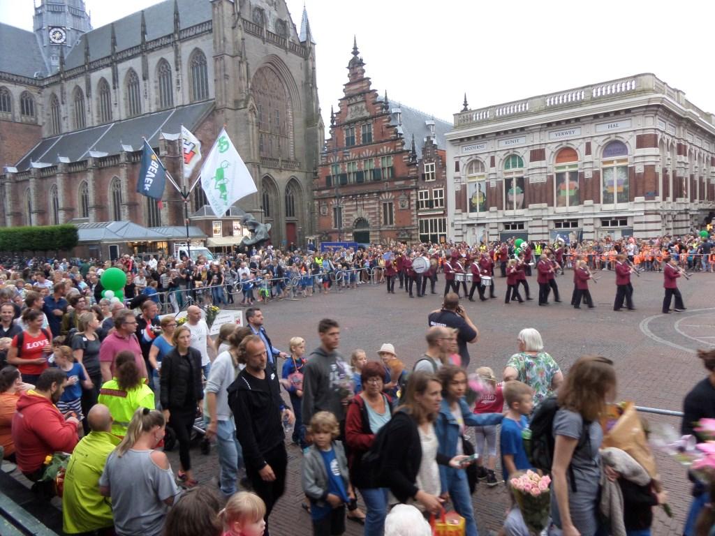 De feestelijke intocht met de ruim vijfduizend deelnemers die mee hebben gedaan aan de Avondvierdaagse Haarlem en omstreken.  Sutiah van Netten © BDU media