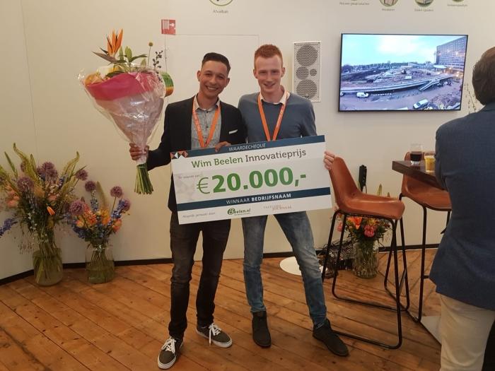 Bouwkundestudenten Donny Hoogendorp (links) en Juriën Veenman (rechts) ontvangen de Wim Beelen Innovatieprijs 2018