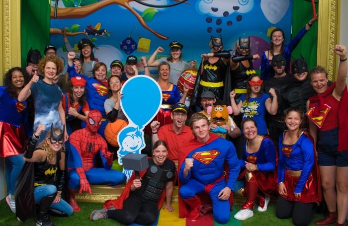 Vrijwilligers van de inpakmarathon in superhelden kostuums van Feestwinkel.nl