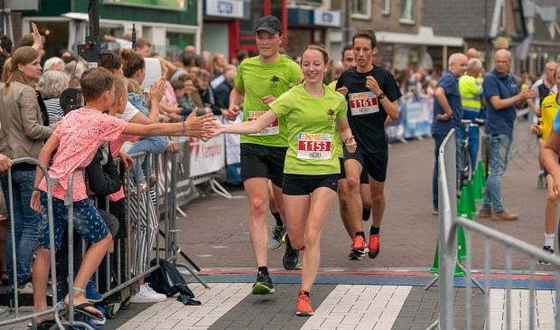 Oud-Ermelose Kirsten Hogebrug won de Halve Marathon van Ermelo bij de vrouwen.