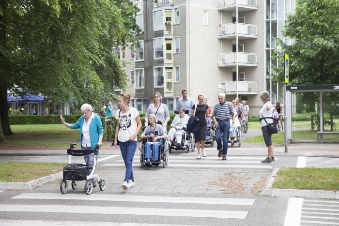 Bewones, familieleden, medewerkers en vrijwilligers vertrekken bij De Rijp voor de avondtweedaagse