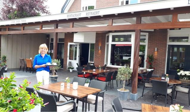 Brigitte Vos verwelkomt de gasten bij Restaurant Reynaert in het centrum van Maarn.