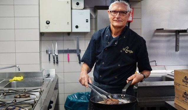 Gerard van de Vall is kok bij Loetje. In zijn vrije tijd is hij onder meer vrijwilliger bij SV Ouderkerk.