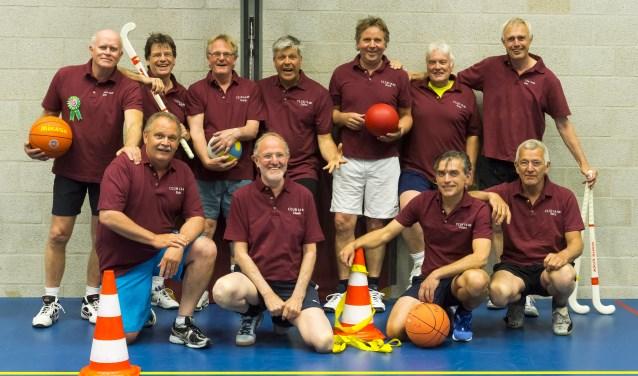 Een aantal leden van Club 18-80 in hun bordeaux-rode clubshirt. Club 18-80 © BDU media