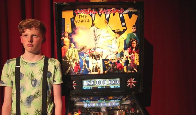 Dimitri de Rijk bij de flipperkast Tommy, geleend van het Nationaal Pinball Museum.