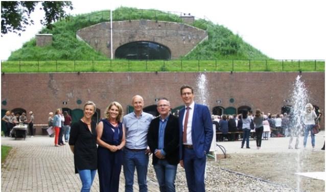 V.l.n.r.: Els Otterman (HDSR), Mariette Pennarts (provincie Utrecht), Wim Uijttewaal (Lunet aan de Snel), Herman Geerdes (gemeente Houten) en Tjapko Poppens (LEADER)